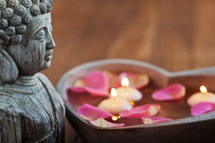 Buddhagesicht und Schwimmkerzen im Herz